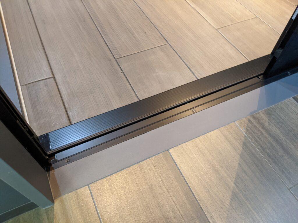 リビングとのつながりを重視し、フローリング調のモダンな浴室床柄を新規採用