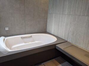 統一感のあるグレーの浴槽/リクシルスパージュ