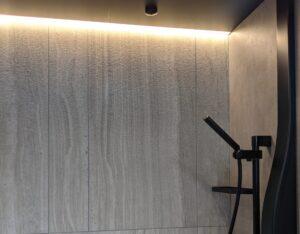 高級感のあるグローエ製シャワーや間接照明
