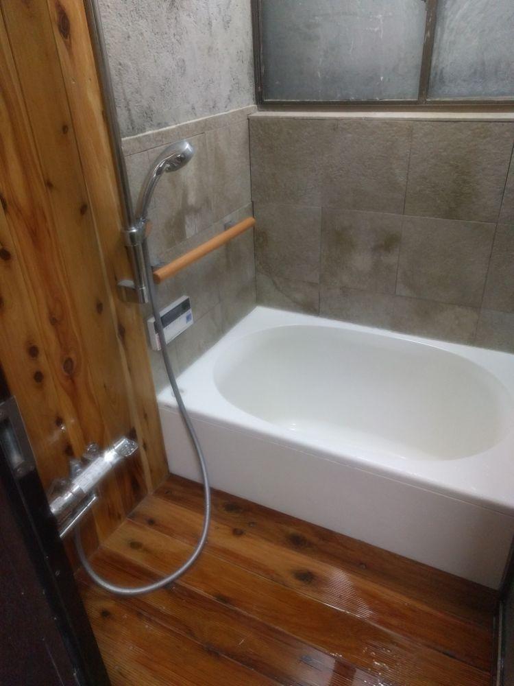 タイルや床、浴槽を入れ替えて新しくした在来浴室